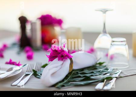 Magnifiquement servi table pour la célébration de mariage ou événement romantique Banque D'Images