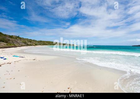 Belle plage tropicale de Half Moon Bay Antigua dans l'île de sable blanc des Caraïbes, de l'eau de l'océan turquoise et ciel bleu Banque D'Images