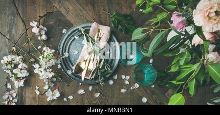Télévision à jeter de la table, avec des fleurs de printemps Banque D'Images