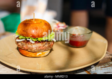 Close up of delicious fresh burger avec fromage et bacon Banque D'Images