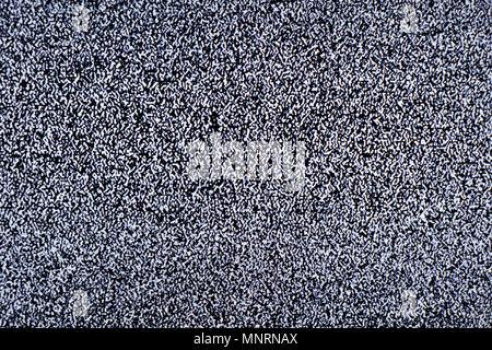 L'écran de télévision avec du bruit statique due à une mauvaise réception du signal ou pas de signal. Résumé fond. Banque D'Images