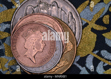 Pyramide des finances - Australian coins empilés les uns sur les autres. Un cent coin abandonné en 1991 et retiré de la circulation sur le dessus. Banque D'Images