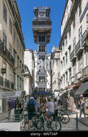 Lisbonne, Portugal, le 5 mai 2018: Les gens sont à la recherche à l'ascenseur de Santa Justa Banque D'Images