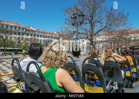 Lisbonne, Portugal, le 5 mai 2018: Les gens s'assoient à l'étage supérieur d'un bus de tourisme comme il se déplace autour de la ville. Banque D'Images