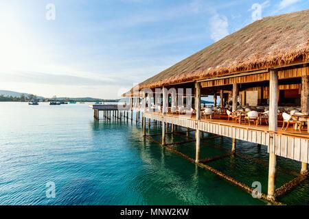 Dans un bar sur pilotis Tropical luxury resort Banque D'Images