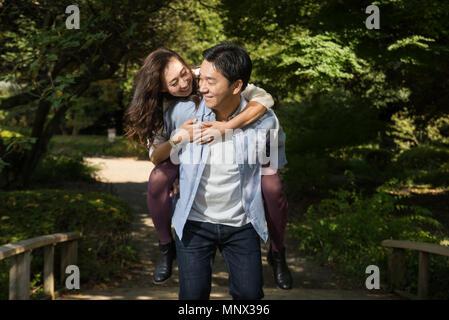 Belle asiatique en couple dans un parc japonais - l'homme et la femme s'amuser en plein air Banque D'Images