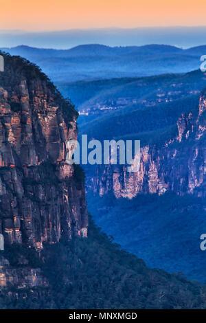 Fragment de falaises de grès érodées dans les Montagnes Bleues de l'Australie comme vu de Pulpit Rock lookout le long de Grand Canyon au coucher du soleil.