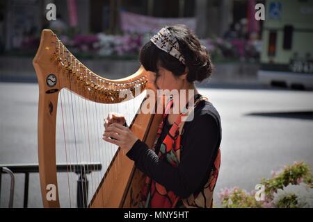 Belle femme harpiste japonais jouant dans la rue à Kyoto, Japon Banque D'Images