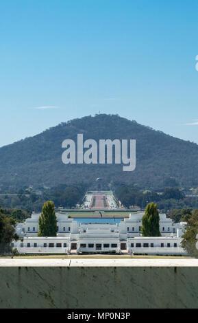Vue sur Old Parliament House, l'Anzac War Memorial et le Mont Ainslie à partir de l'avant de la nouvelle Maison du Parlement, Canberra, ACT, Australie. Banque D'Images