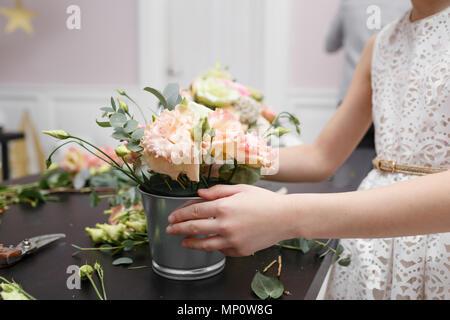 Master class sur décisions bouquets pour les enfants. Bouquet de printemps en pot ornementales en métal. L'organisation de la fleur d'apprentissage, faisant de beaux bouquets avec vos propres mains
