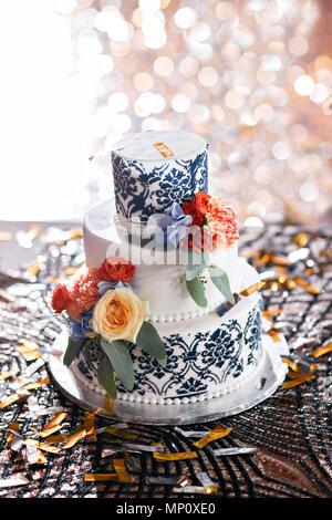 Gâteau d'anniversaire ou de mariage avec des fleurs. Tarte sucrée sur banquet dans un restaurant. Banque D'Images