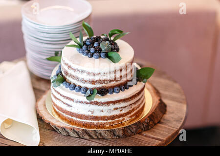 Gâteau d'anniversaire ou de mariage avec des baies. Tarte sucrée sur banquet dans un restaurant. Banque D'Images