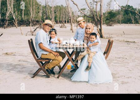 Happy asian family ayant un bon moment de bonheur en plein air de pique-nique,famille. L'amour et des relations concept Banque D'Images