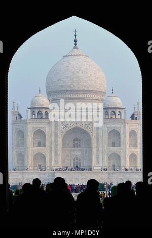 Taj Mahal, close-up vue à travers la porte d'entrée sur l'axe nord-sud, Āgra, Uttar Pradesh, Inde Banque D'Images
