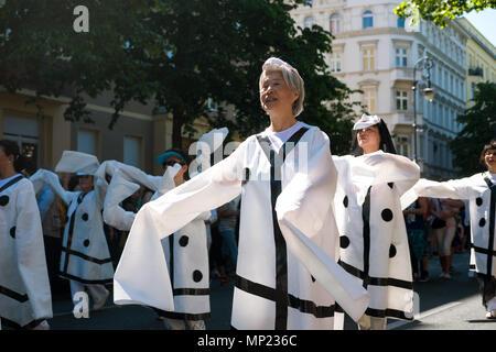 20 mai 2018, l'Allemagne, Berlin: les participants asiatiques porter des robes avec de grosses manches à un défilé pendant la Carnaval des Cultures. Plus de 4 000 participants provenant de 68 groupes s'apprêtent à prendre part au défilé. Photo: Kristin Bethge/dpa Banque D'Images