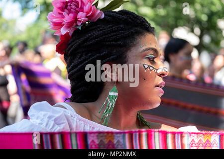 Les participants de porter des costumes colorés et de la tête pendant qu'il défilé robe de différentes cultures à Berlin. (Photo par Beata Siewicz / Pacific Press) Banque D'Images