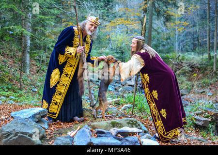 Le vieux roi, un funwith queen ayant petit chien de chasse à l'extérieur dans la forêt d'automne Banque D'Images