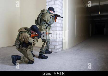 Mercenaire avec AK-47 à l'intérieur du bâtiment Banque D'Images