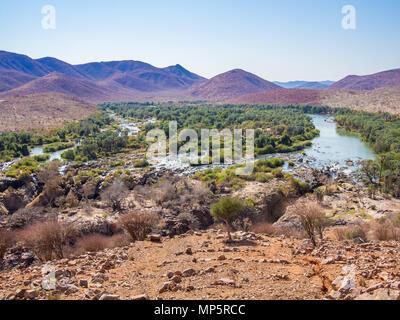 Vue panoramique sur la rivière Kunene Epupa Falls et à la frontière entre la Namibie et l'Angola, l'Afrique
