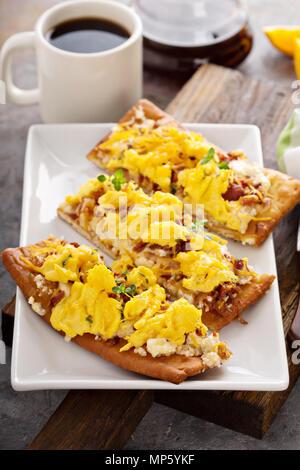 Petit-déjeuner pizza, pain plat avec des oeufs brouillés Banque D'Images