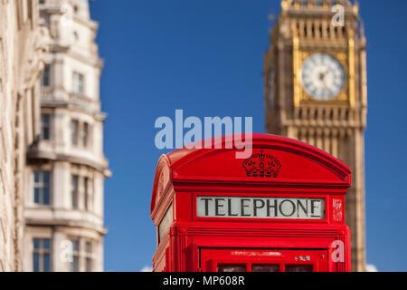 Cabine téléphonique avec la tour de Big Ben au-delà, Westminster, London England, UK Banque D'Images