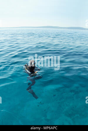 Plongée sous marine sur la surface de la mer Adriatique en Croatie. Long Shot. Horizon sur l'eau. Banque D'Images