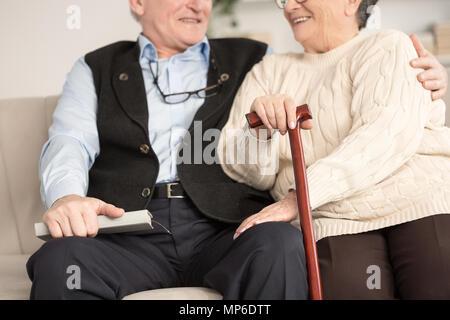 Close-up of happy senior couple soutenant les uns les autres. Grand-mère avec bâton de marche Banque D'Images