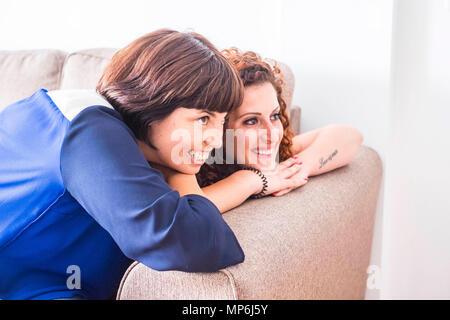 Couple de deux femmes amis rester près ensemble sur le canapé en souriant et s'amusant. L'amitié ou de relation à la piscine avec une belle manière de vie Banque D'Images