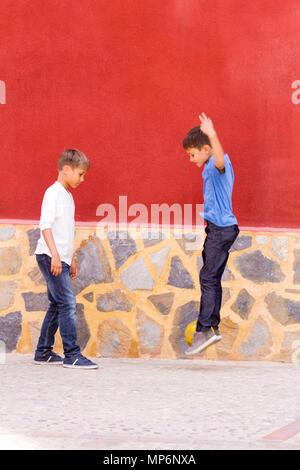 Garçons jouant avec un ballon de soccer extérieur