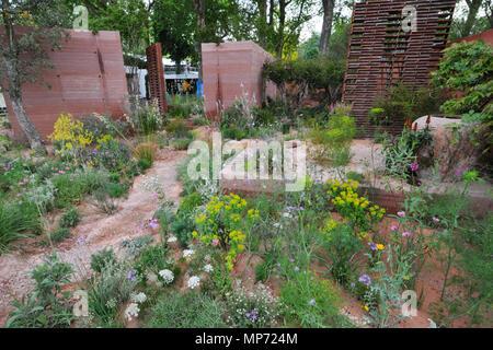 Londres, Royaume-Uni. 21 mai 2018. Le M&G (le jardin conçu par Sarah:), l'un des beaux et élégants jardins afficher sur l'affichage à l'2018 RHS Chelsea Flower Show qui a ouvert ses portes aujourd'hui dans les 11 acres de terrain de l'Hôpital Royal de Chelsea, Londres, Royaume-Uni. Le jardin est un refuge romantique situé dans un climat chaud et ensoleillé. Il s'étend sur une idée simple, intemporelle que trois éléments de base - un mur, arbres et coin - permet de créer une ambiance intime, à l'abri et de belles oasis de calme. Crédit: Michael Preston/Alamy Live News