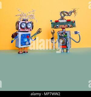 Automatisation Robots maintenance service concept. Personnages robotiques bricoleur avec clé à main et une pince. Mur jaune, vert marbre fond. copy space Banque D'Images