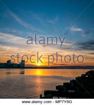 Leith, Édimbourg, Écosse, Royaume-Uni, coucher de soleil à l'ensemble de port d'entrée des tours d'habitation du point de platine avec embarcadère délabré Banque D'Images