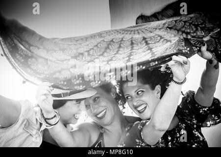 Trois jeunes femmes belles dames prennent un mandala textile au-dessus de la tête. à jouer avec le vent dans l'activité de plein air Banque D'Images