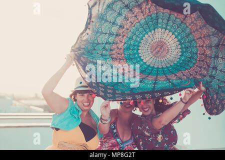 Trois jeunes femmes belles dames prennent un mandala textile au-dessus de la tête. jouant avec le vent en activité en plein air. L'été avec sun concept backligh Banque D'Images