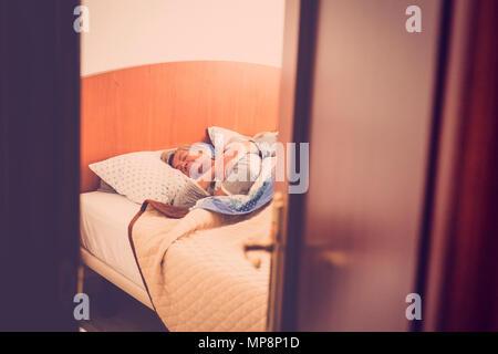 Couple âgé adultes dormir à la chambre à coucher à la maison, une scène quotidienne pour de l'amour pour toujours. look rétro filtre. scène masquée. Douceur et personnes âgées Banque D'Images