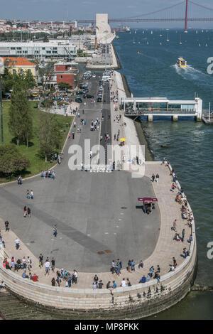 Lisbonne, Portugal, le 5 mai 2018: les gens profitent du beau temps sur la rivière Tage entre la Tour de Belém et le Monument aux découvertes. Banque D'Images