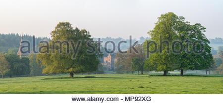 Château de Broughton au printemps au lever du soleil. Broughton, Banbury, Oxfordshire, Angleterre. Vue panoramique Banque D'Images