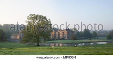 Château de Broughton au printemps au lever du soleil. Broughton, Banbury, Oxfordshire, Angleterre Banque D'Images