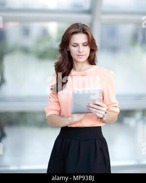 Femme d'affaires moderne de la saisie de texte sur une tablette numérique.