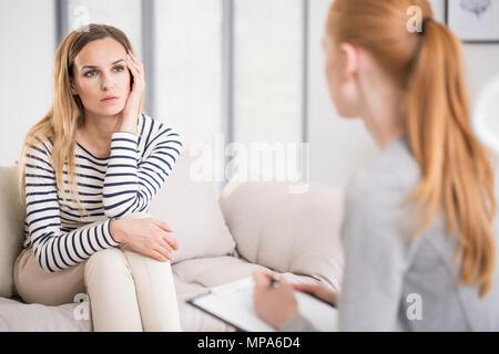 La santé mentale et de counseling concept - psychologue à l'écoute de la chute de la femme et de l'écriture des notes Banque D'Images