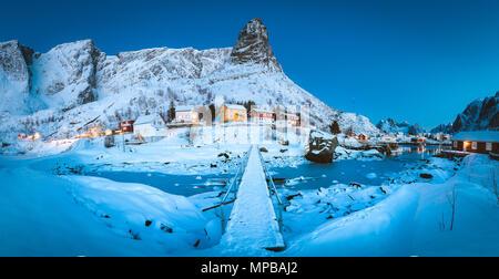 Célèbre village de pêcheurs de reine avec un petit pont au crépuscule à l'aube du matin magique en hiver, village de reine, les îles Lofoten, Norvège Banque D'Images