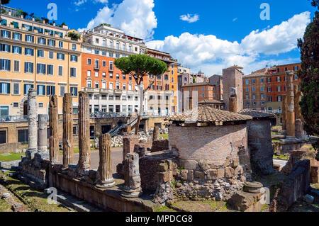 Largo di Torre Argentina. Place avec les vestiges de quatre temples républicains romains et le théâtre de Pompée à Rome, Italie Banque D'Images