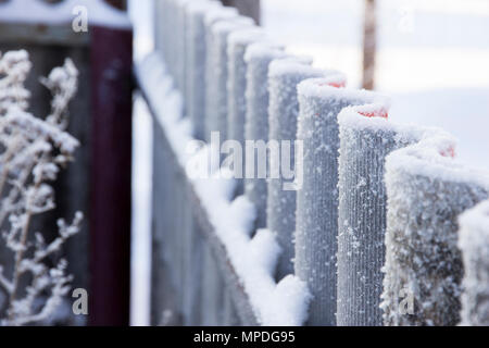 Givre sur clôture ondulé en perspective Banque D'Images