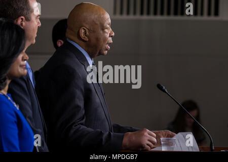 Elijah Cummings rép. (D-MD) prend la parole à une conférence de presse pour présenter les efforts déployés par les démocrates à la chambre d'établir et d'une commission indépendante pour enquêter sur les liens entre le président de la Russie et de l'atout le 17 mai 2017 au Capitole. Banque D'Images