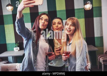 Photo Présentation professionnels Groupe d'amis avec du vin rouge en tenant selfies Banque D'Images