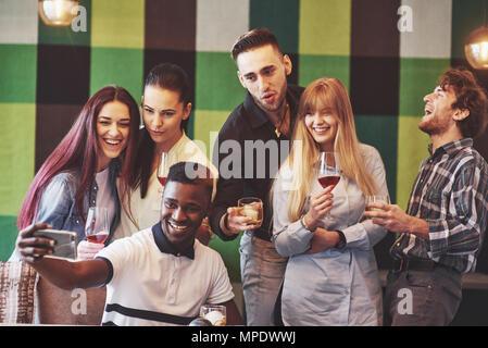 Self Portrait de race mixte l'unité de l'africain, américain, asiatique, caucasien, heureux d'amis barbus et les belles femmes en rouge santa hat showing thumb up, comme geste, ok pour l'appareil photo in office Banque D'Images