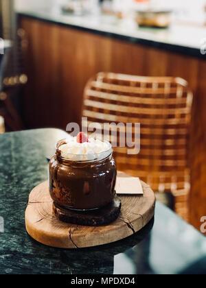 Belgique fondu à la crème fouettée au Chocolat et Fraise en pot servi au restaurant. Dessert bio. Banque D'Images