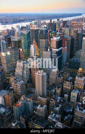 Vue aérienne sur Times Square, New York au coucher du soleil en 2007. Banque D'Images