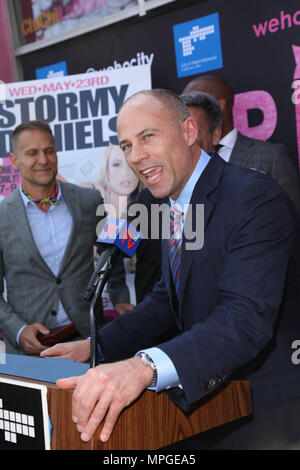 West Hollywood, Californie, USA. 23 mai, 2018. Michael Avenatti, avocat de Stormy Daniels, parle au cas où Stormy Daniels est mis à l'honneur avec un « Stormy Daniels Proclamation Day' et la clé de la ville de West Hollywood, Californie à Chi Chi LaRue's à West Hollywood, Californie. Credit : Sheri Determan/Alamy Live News Banque D'Images