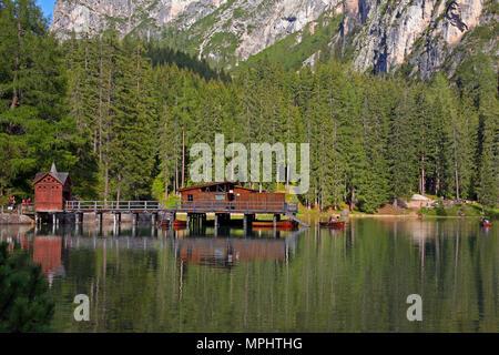 Lac de braies en montagnes des Dolomites, Seekofel en arrière-plan, Sudtirol, Italie Banque D'Images